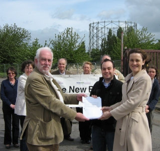 David Howard presents the petition to Cllr Robert Rams and Theresa Villiers MP - 16 May 2009